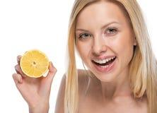 Portret uśmiechnięta młoda kobieta z cytryną Obraz Royalty Free