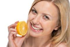 Portret uśmiechnięta młoda kobieta z cytryną Zdjęcie Royalty Free