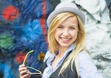 Portret uśmiechnięta modniś dziewczyna z okularami przeciwsłonecznymi outdoors Zdjęcia Royalty Free