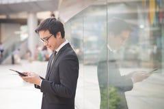 Portret uśmiechniętego biznesowego mężczyzna spojrzenia ufna używa komputerowa pastylka Zdjęcia Royalty Free
