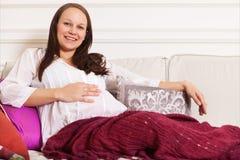 Portret uśmiechnięty kobieta w ciąży indoors Fotografia Royalty Free