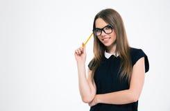 Portret uśmiechnięty młodej kobiety mienia ołówek Zdjęcia Stock