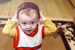Portret urocza chłopiec ono uśmiecha się przy kamerą jest ubranym Tatar krajową jarmułkę Tradycja i gościnność Emocje, szczęśliwe obrazy stock