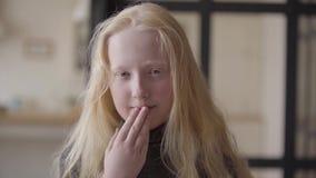 Portret urocza dziewczyna patrzeje kamery ono uśmiecha się z popielatymi oczami Niezwyk?y pojawienie Beztroski dzieci?stwo Twarz zdjęcie wideo