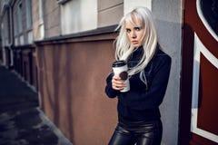 Portret urocza dziewczyna z kawą outdoors Obraz Royalty Free