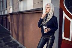 Portret urocza dziewczyna z kawowym outside Fotografia Royalty Free