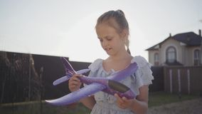 Portret urocza mała dziewczynka bawić się z małym zabawka samolotem w górę Dziecko wydaje czas outdoors w zdjęcie wideo