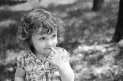 Portret urocza mała dziewczynka, czarno biały fotografia Fotografia Stock