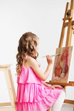 Portret urocza mała dziewczynka maluje obrazek w studiu zdjęcia royalty free