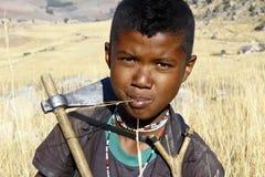 Portret urocza młoda szczęśliwa chłopiec - afrykański biedny dziecko Obraz Royalty Free