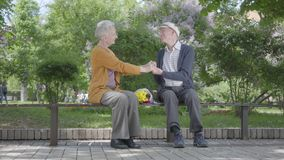 Portret urocza stara kobieta z bukietem ? zdjęcie wideo