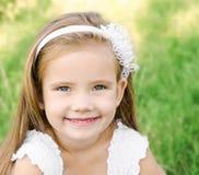 Portret urocza uśmiechnięta mała dziewczynka zdjęcie stock