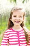 Portret urocza uśmiechnięta mała dziewczynka zdjęcia royalty free