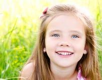 Portret urocza uśmiechnięta mała dziewczynka obrazy stock