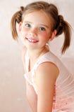 Portret uroczy uśmiechnięty małej dziewczynki dziecko obrazy stock