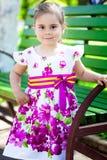 Portret uroczy uśmiechnięty małej dziewczynki dziecko w smokingowy plenerowym obrazy stock