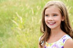 Portret uroczy uśmiechnięty małej dziewczynki dziecko w sukni obrazy stock