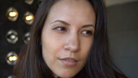 Portret uwodzicielski młody Latynoski kobiety zakończenie indoors zdjęcie wideo