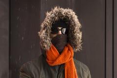 Portret van één enkele mannelijke de winteravonturier met uitstekende stijlbeschermende brillen stock foto's