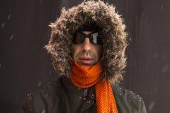 Portret van één enkele mannelijke de winteravonturier met uitstekende stijlbeschermende brillen royalty-vrije stock foto's