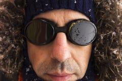 Portret van één enkele mannelijke de winteravonturier met uitstekende stijlbeschermende brillen royalty-vrije stock foto
