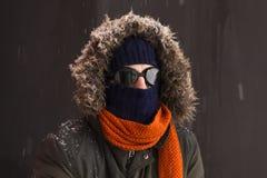 Portret van één enkele mannelijke de winteravonturier met uitstekende stijlbeschermende brillen royalty-vrije stock afbeelding