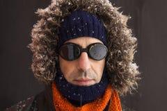 Portret van één enkele mannelijke de winteravonturier met uitstekende stijlbeschermende brillen royalty-vrije stock afbeeldingen
