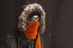 Portret van één enkele mannelijke de winteravonturier met uitstekende stijlbeschermende brillen royalty-vrije stock fotografie