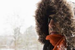 Portret van één enkele mannelijke de winteravonturier met uitstekende stijlbeschermende brillen stock afbeelding