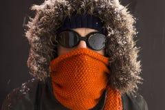 Portret van één enkele mannelijke de winteravonturier met uitstekende stijlbeschermende brillen stock foto