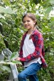 Portret van 10 éénjarigen meisje status bovenop trapladder bij of Royalty-vrije Stock Afbeeldingen