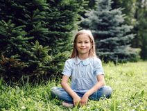 Portret van 8 éénjarigenmeisje in park Stock Afbeelding