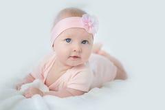 Portret van aanbiddelijk babymeisje in roze kleding Stock Foto