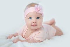 Portret van aanbiddelijk babymeisje in roze kleding Stock Fotografie
