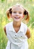 Portret van aanbiddelijk glimlachend meisjekind in kleding openlucht royalty-vrije stock afbeeldingen