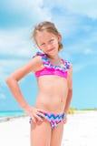 Portret van aanbiddelijk meisje bij strand tijdens de zomervakantie Royalty-vrije Stock Foto's