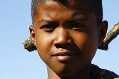 Portret van aanbiddelijke jonge gelukkige jongen - Afrikaans slecht kind Royalty-vrije Stock Foto