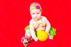 Portret van aanbiddelijke pasgeboren weinig baby meisje geklede Papuan Stock Foto