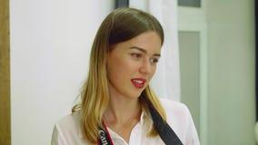 Portret van aantrekkelijk blond meisje die met rode lippen opzij tijdens fotospruit kijken Langzame motiemening stock video
