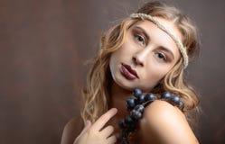 Portret van aantrekkelijk blonde met blauwe druiven stock foto's