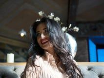 Portret van aantrekkelijk donkerbruin meisje met een mooie glimlach binnen royalty-vrije stock fotografie