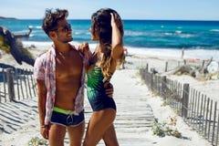 Portret van aantrekkelijk, gelukpaar stellen sexy op het strand op het eiland van Corsica, op zeegezichtachtergrond stock afbeeldingen