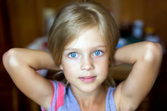 Portret van aantrekkelijk jong blonde meisje Stock Fotografie