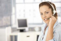 Portret van aantrekkelijk meisje dat hoofdtelefoons met behulp van Royalty-vrije Stock Foto