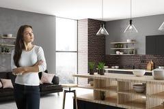 Portret van aantrekkelijk meisje in keuken Stock Fotografie