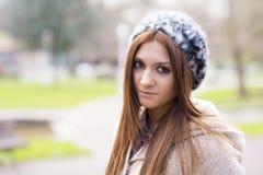 Portret van aantrekkelijk meisje met bonnet in het park. stock afbeelding