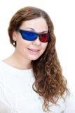 Portret van aantrekkelijk meisje met krullend haar gekleed met 3D glazen Royalty-vrije Stock Afbeelding