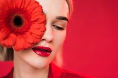 portret van aantrekkelijk meisje met rode gerberabloem, royalty-vrije stock afbeeldingen