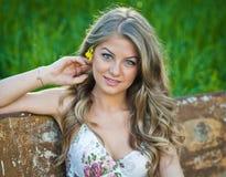 Portret van aantrekkelijk meisje openlucht op het gebied Royalty-vrije Stock Fotografie