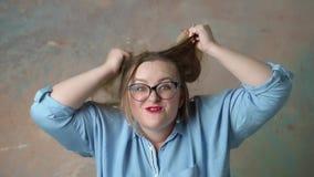 Portret van aantrekkelijk plus groottevrouw die woedeemoties hebben stock footage